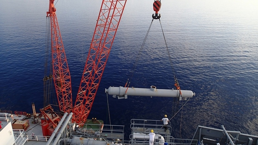 Lifting and transferring Vaporisers on board an LNG/C vessel
